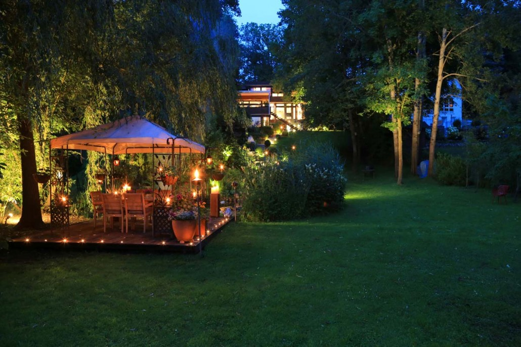 illumination licht im garten zinsser gartengestaltung. Black Bedroom Furniture Sets. Home Design Ideas