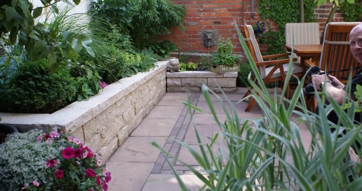 Sandstein und Klinker mit Wasserspiel im Innenhof