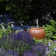 Kleiner Traumgarten mit Wasserspiel, Tonkruke mit Quellstein.