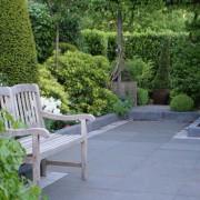 Der Patiogarten ist mit Hecken und immergrünen Pflanzen pflegeleicht gestaltet