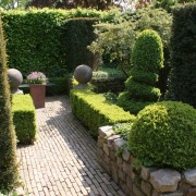 Hecken und Mauern im Wechsel - immergrüne Hecken geben Struktur