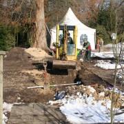 Arbeiten im zeitigen Frühjahr am Wasserkanal im Mustergarten