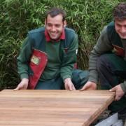 Holz wird oft im Garten verwendet, hier als Holzsteg mit Stahländern als Einfassung
