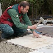 80x80 große Natursteinplatten werden in Einkronbeton versetzt