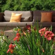 Loungemöbel von Manutti mit Taglilien