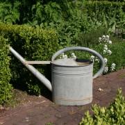 Gießkanne schleppen ist schwer - eine Gartenbregnung spart Zeit
