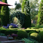 Dekorativer Rosenbogen als Garteneingang