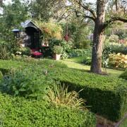 Überdachte Gartenbank als besonderes Highlight