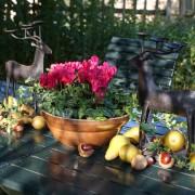 Herbstdeko auf Gartentisch