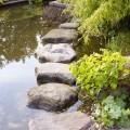 Trittsteine im Gartenteich sind ein Weg über Wasser