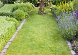 Naturstein-Rasenkante mit einer Apsis als Abschluss