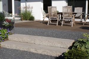 Tropenholz-Terrasse und Kiesfläche mit Sandsteinblockstufen