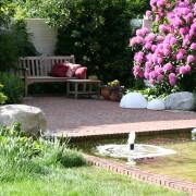 Sitzplatz mit Wasserbecken und Sprudelfontäne