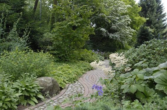 Das Element Wasser ist in der Feng Shui Planung für einen Gartenweg sehr empfehlenswert