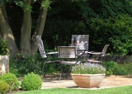 Garpa Holzmöbel, schattiger Sitzplatz unter großen Bäumen