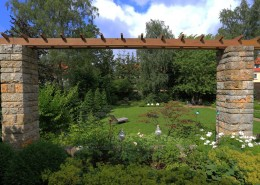 Garten auf 2 Niveaus, Pergola und großzügige Rasenfläche