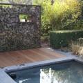 Wasser, Holz, Metall sind klassische Materialien in der modernen Gartengestaltung