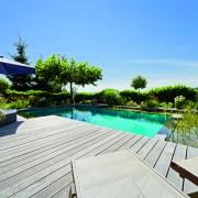 Lounge-Terrasse am Naturpool mit edlem Holzdeck