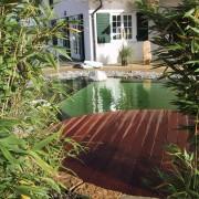 rundes Holzdeck am Folien-Schwimmteich mit gemauerter Schwimmzone