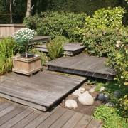 ineinander geschobene Garten-Niveaus, gebaut aus unterschiedlich großen Holzdecks