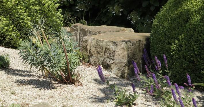 Sandsteinquader in Kies- und Schotterflächen, naturnahe Pflanzenauswahl, Präriegarten mit Stauden
