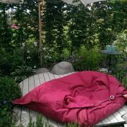 Kindgerechter Garten mit Sitzsack und Holzdeck
