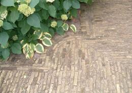 Schmale Riemchen für gepflasterten Gartenweg, hochkant