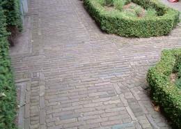 Klinkerweg mit alten Backsteinen, hochkant verlegt mit Buchsbaum-Einfassung