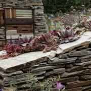 Naturstein-Trockenmauer mit geschichtetem Schiefer