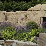 Garten-Ruine aus Tuffstein