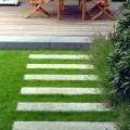 gradlinige Gestaltung mit Schrittplatten im Rasen