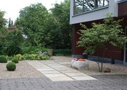 großformatige Gehweg-Platten zur Haustür