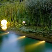 Schwimmende Leuchtkugeln, LED-Strahler beleuchten den Teich, dies schafft eine brillante Abendstimmung