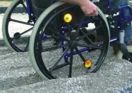 tiefes Einsacken mit Fahrrad oder Rollstuhl in Kies-Flächen