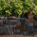 Ein Materialmix und alte Backsteine aus Lüneburg machen diese Mauer lebendig