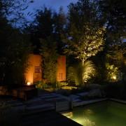 Kunstobjekt im Garten mit Licht