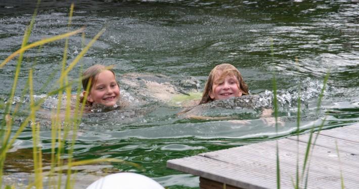 Badevergnügen für Kinder im eigenen Teich