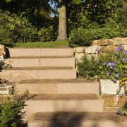 Stufenanlage und Blockstufen für Treppe mit Naturstein