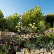 terrassierte Beet mit Trockenmauern