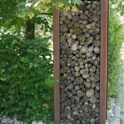 Holz-Sichtschutz mit Brennholz und Cortenstahl