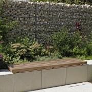 Hohe Gabionen an der Gartengrenze als Sichtschutz