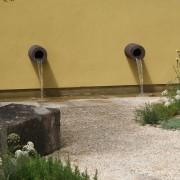 design Wasserspiel an gelber Mauer