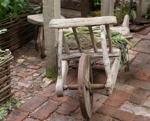 Schiebkarre aus Holz - schöne Gartenaccessoires