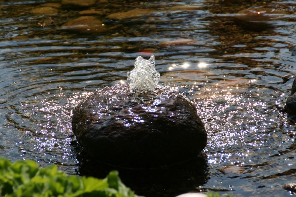 Wasserspiele teiche zinsser gartengestaltung - Gartenteich springbrunnen ...