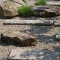 Findlinge und Natursteine als Trittsteine im Kiesbett