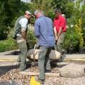 Versetzen von großen Findlingen als Trittsteine im Teich