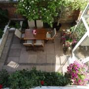 begrenzter Raum für einen ganzen Garten, Sandsteinplatten und Klinker-Bänderung
